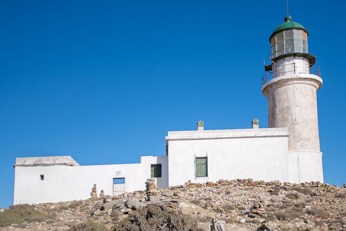 Выстроен маяк Прасониси из природного камня, состоит из приземистого домика смотрителя и примыкающей к нему сигнальной башни 14-метровой высоты.