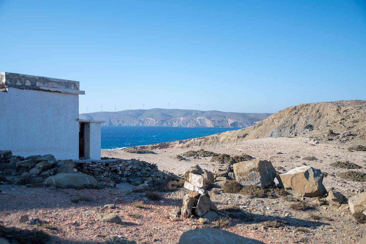 Раскопанная вершина холма и разбросанные каменные глыбы демонстрируют источник строительного материала для маяка Прасониси.
