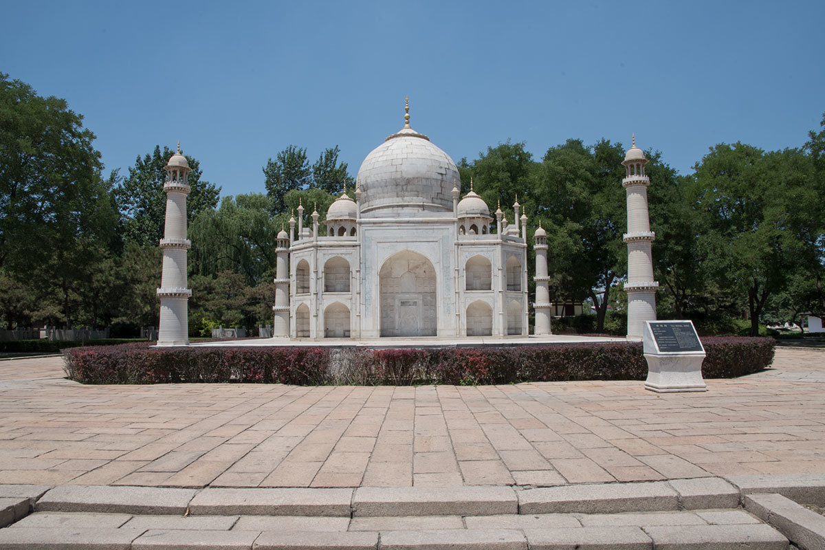 Мировая известность шедевра индийской архитектуры, мавзолея Тадж-Махал делает его одним из самых узнаваемых экспонатов в пекинском парке Мира.
