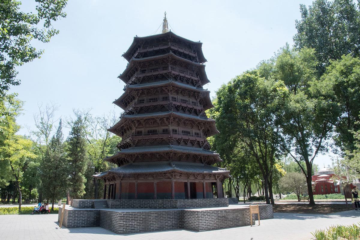 Древнейшую в стране деревянную пагоду Шакьямуни пекинский парк Мира представляет уменьшенной копией, которая тем не менее весьма эффектна.