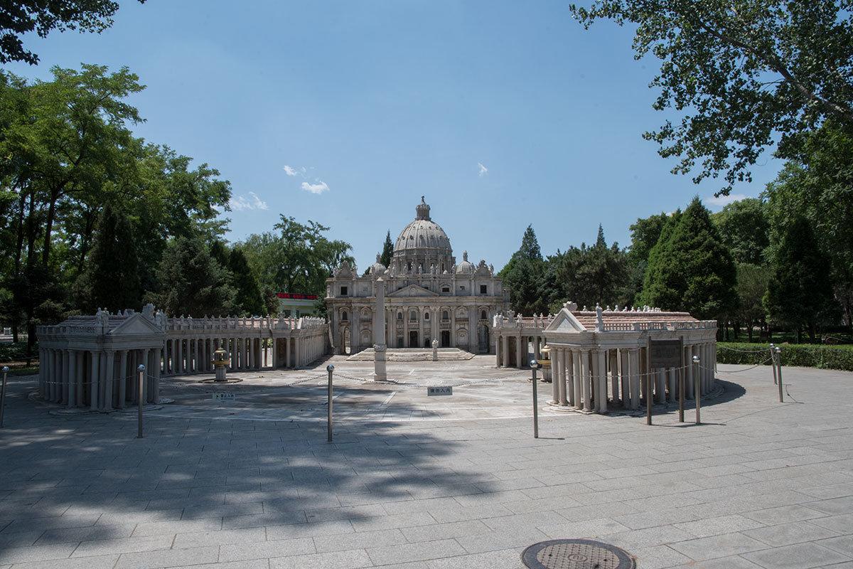 Достаточно обширный участок территории парка Мира занимает главная церковь католичества, собор Святого Петра в Ватикане.