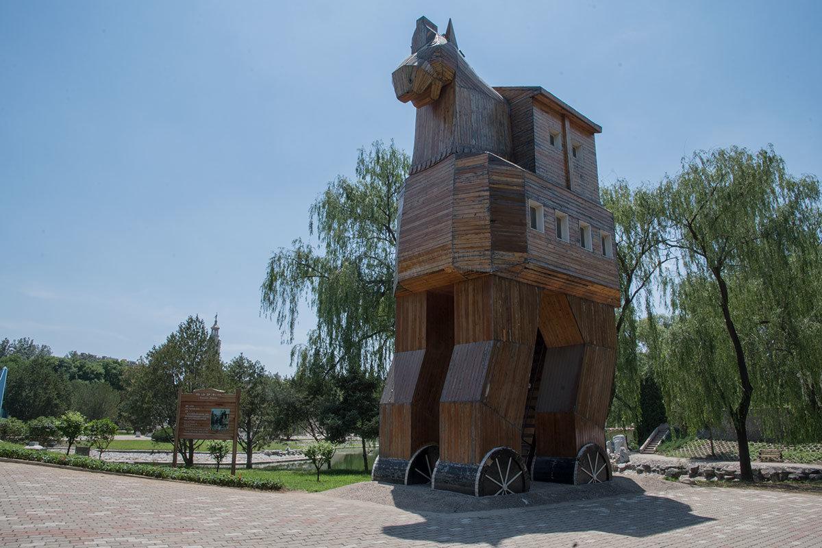 Одним из спорных экспонатов пекинского парка Мира является мифический Троянский конь, существование которого достоверно не подтверждено.