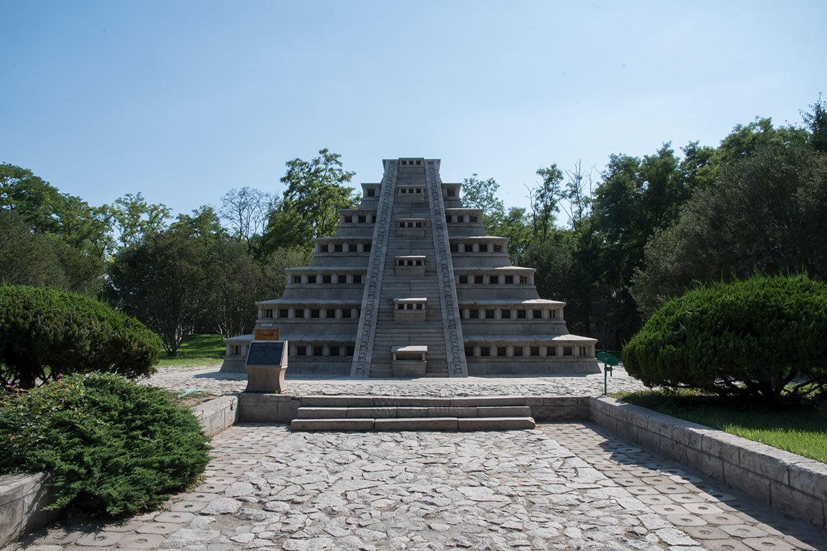 Жертвенная Пирамида ниш, или Эль Тахин из Мексики, воссоздана в пекинском парке Мира как новенькая, хотя на месте изрядно повреждена.