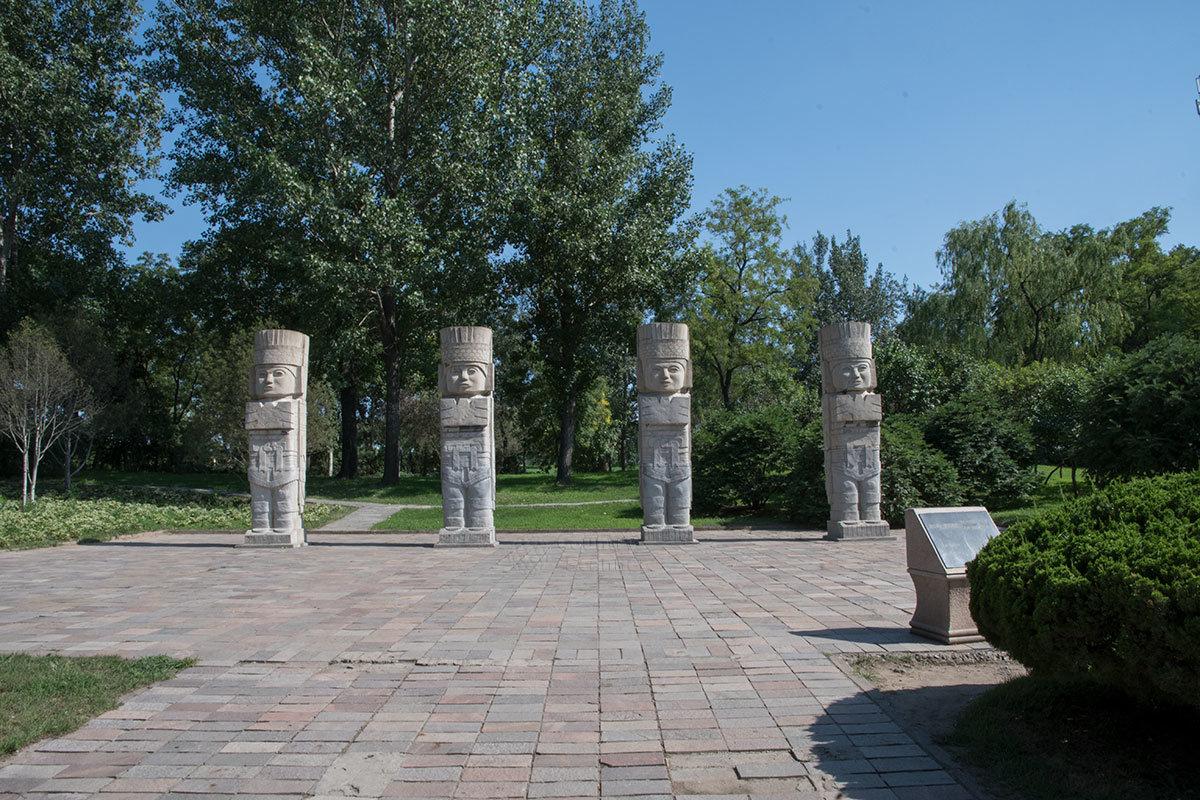 Каменные воины мексиканского племени тольтеков в парке Мира выстроены в шеренгу, но на месте изначально обозначали стороны света.