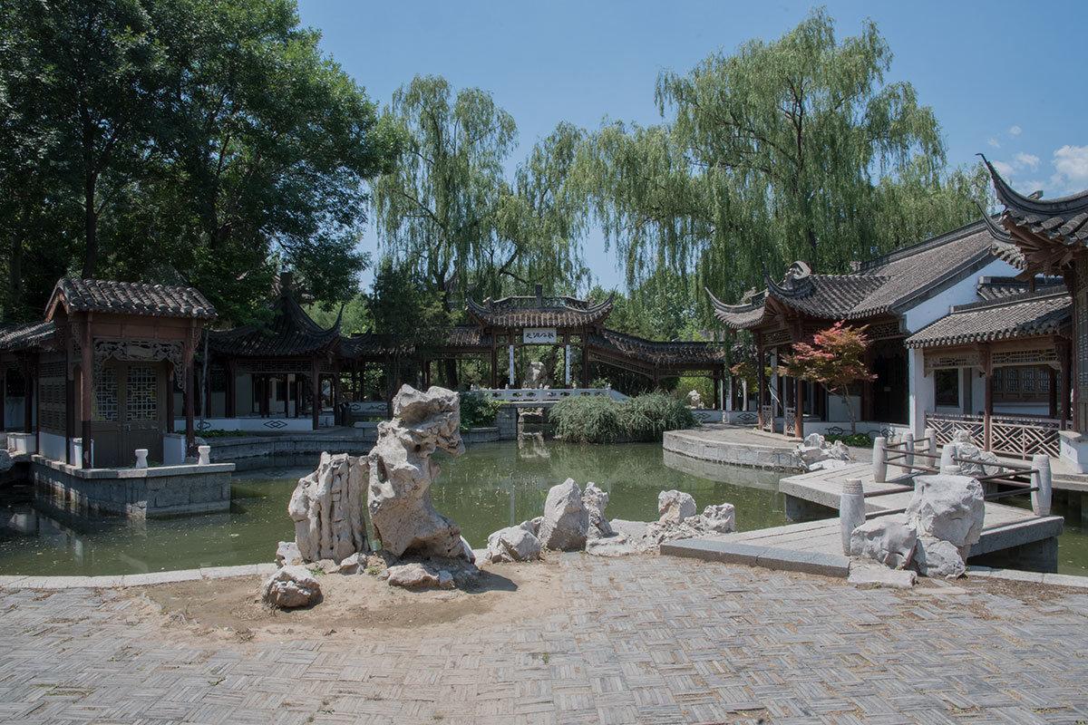 Очень натурально и живописно выглядят в пекинском парке Мира традиционные китайские сады с красочными беседками на берегах водоема.