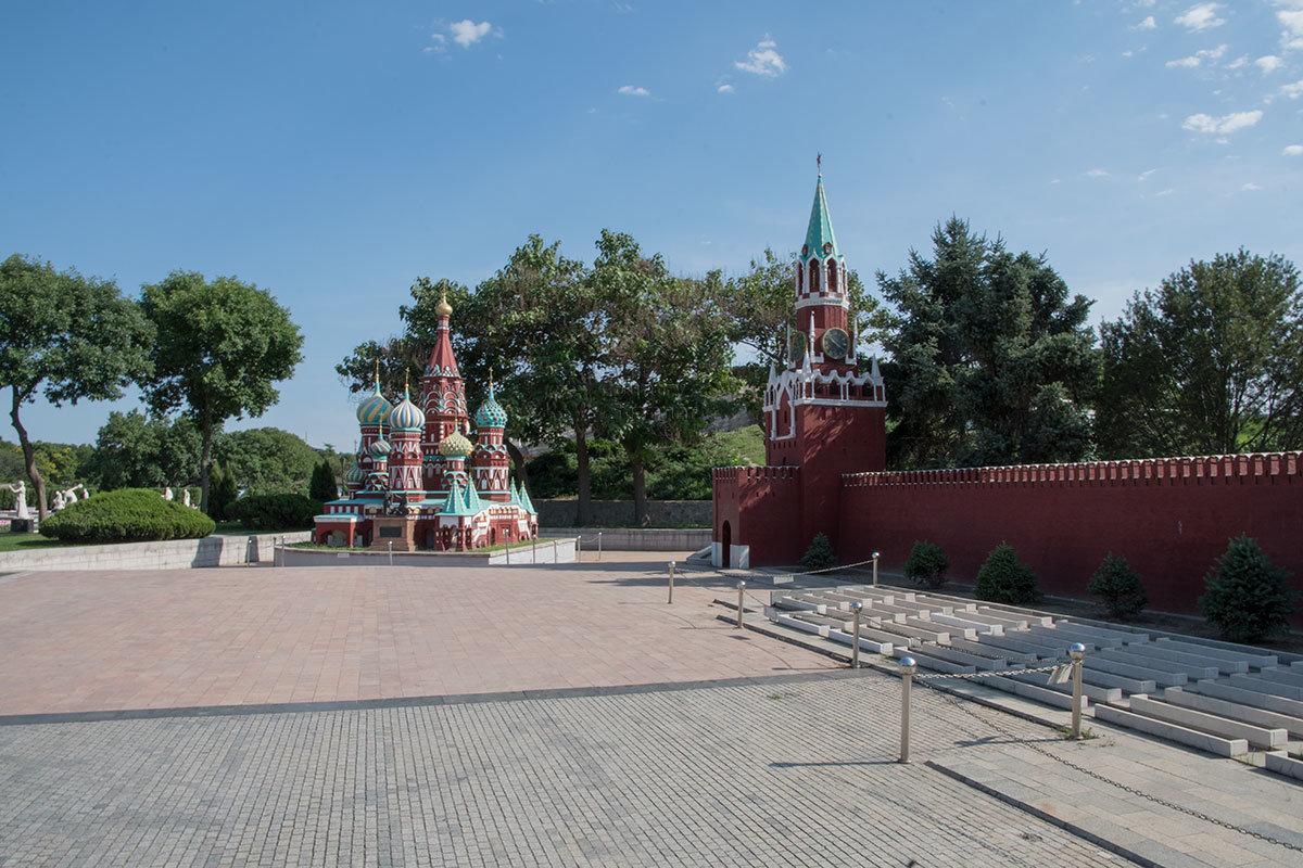 Для воссоздания в пекинском парке Мира российской Красной площади, собора Василия Блаженного и других кирпичных зданий китайцы создали керамическую фабрику.