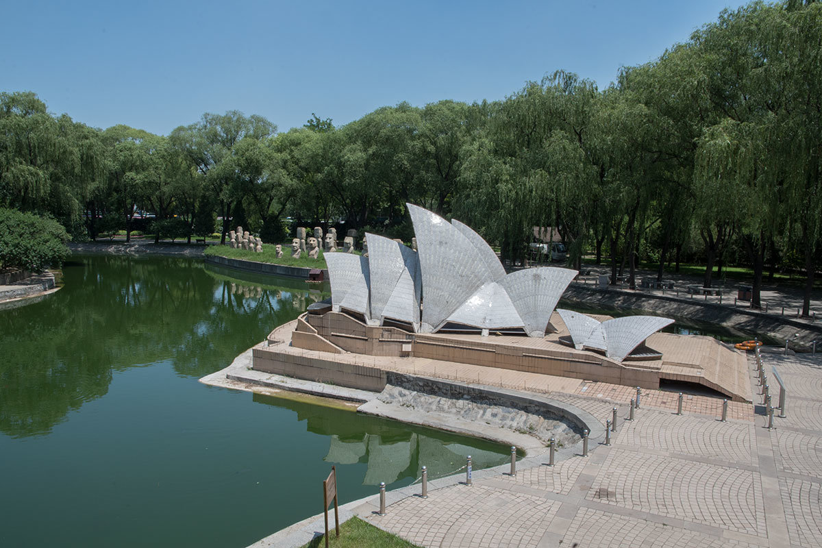 На одной фотографии из парка Мира показаны Оперный театр Сиднея и статуи острова Пасхи, реально разделенные тысячами километров.