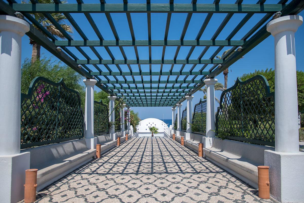 От фонтана на площади лечебницы Источники Каллифеи протянулась галерея из двух рядов колонн со сплошной скамьей и прозрачным перекрытием.
