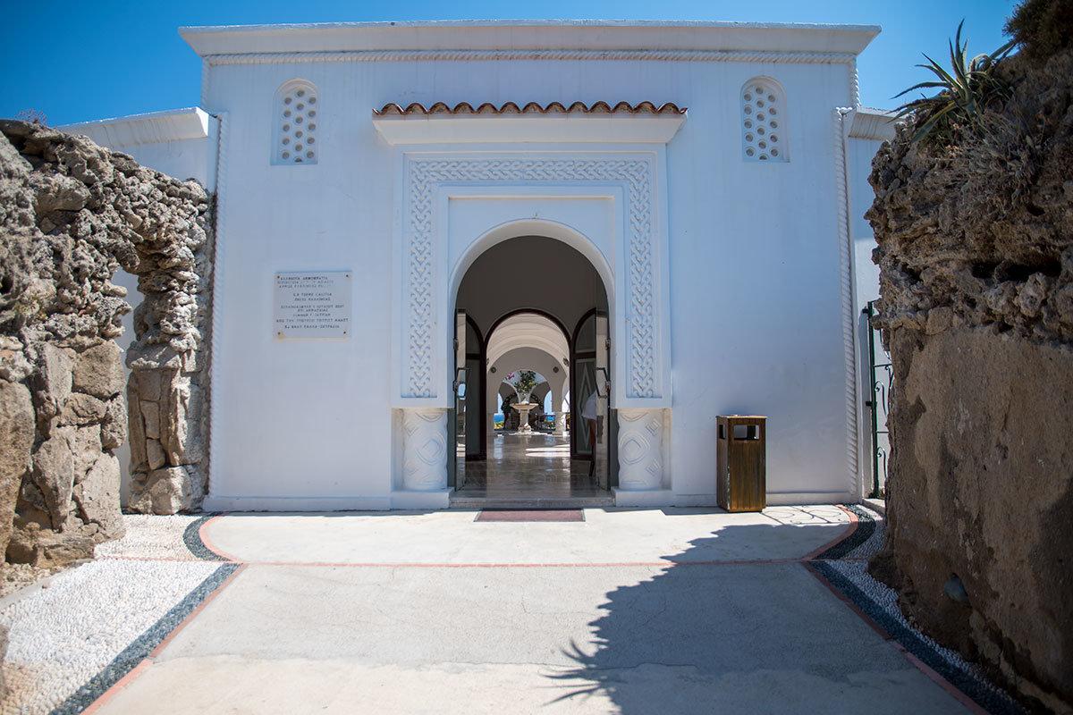 Главное здание бывшей лечебницы Источники Каллифеи, построенное круглым, получило устоявшееся наименование Большой Ротонды.