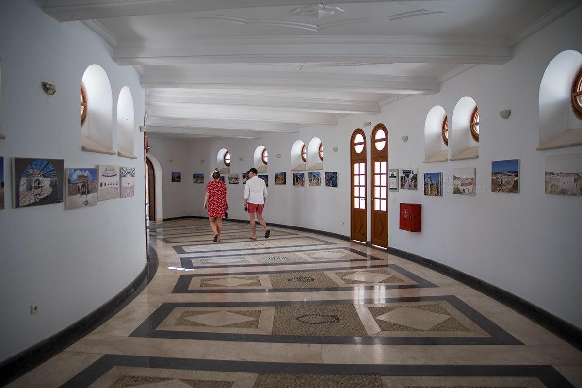 Коридоры Большой Ротонды курорта Источники Каллифеи после обезвоживания лечебницы стали съемочными декорациями, а затем музеем кинематографа.