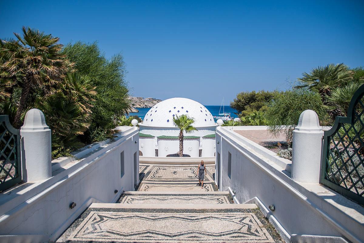 Место прежнего выхода на поверхность минеральных вод Источников Каллифеи оборудовано цилиндрическим павильоном с полусферическим куполом.