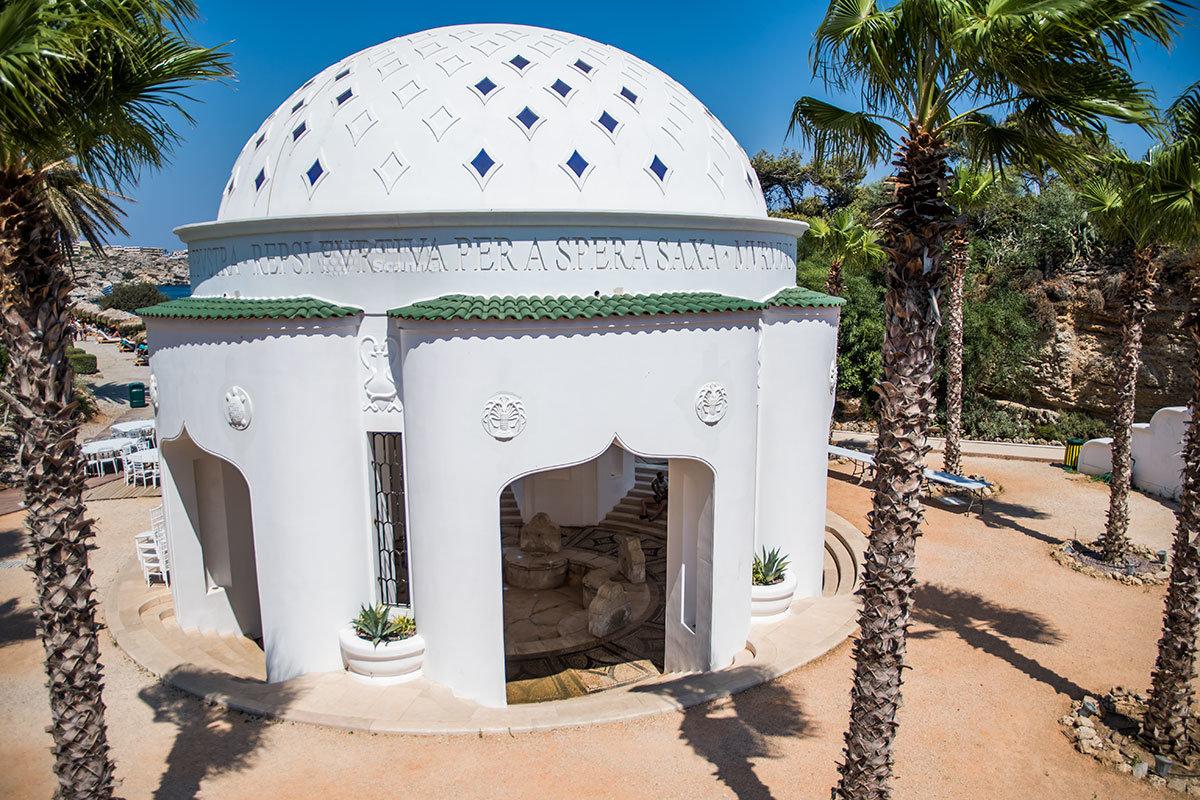 Бывший бювар для употребления свежей целебной воды – одна из достопримечательностей нынешнего великолепного курорта Источники Каллифеи.