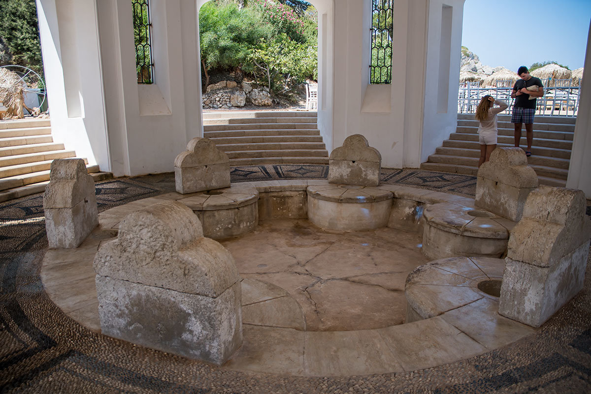 Старинный бювар бывшей лечебницы Источники Каллифеи оформлен довольно монументально, раковины и отверстия для удаленных кранов полностью из камня.