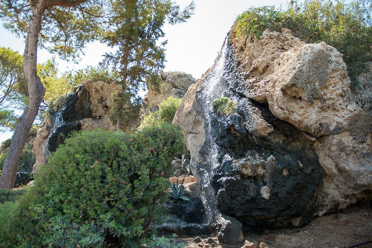 Имитирующий начало водного потока Источников Каллифеи водопад – всего лишь красочная декорация, использующая обычную морскую воду.