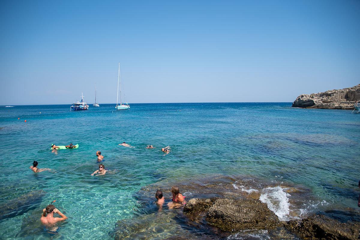 Многим посетителям курорта Источники Каллифеи больше по вкусу не культурные пляжи, а уцелевший участок прибрежных скал с чистейшей водой.