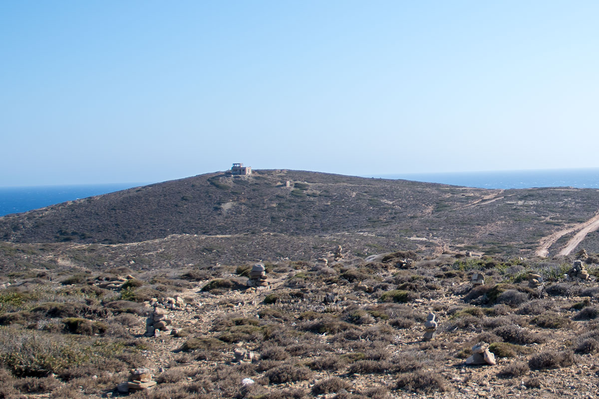 В восточном направлении от пути нашего следования по Парсониси наблюдается разрушающееся строение, предположительно оборонительный командный пункт.