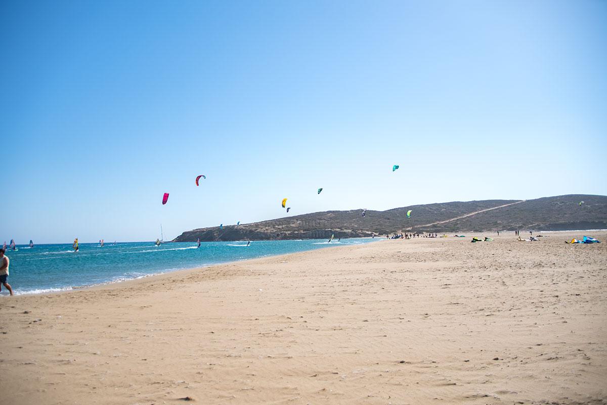 Омывающее восточное побережье Прасониси возле разделительной песчаной косы Средиземное море - преимущественно спокойное, ветер здесь дует в сторону моря.