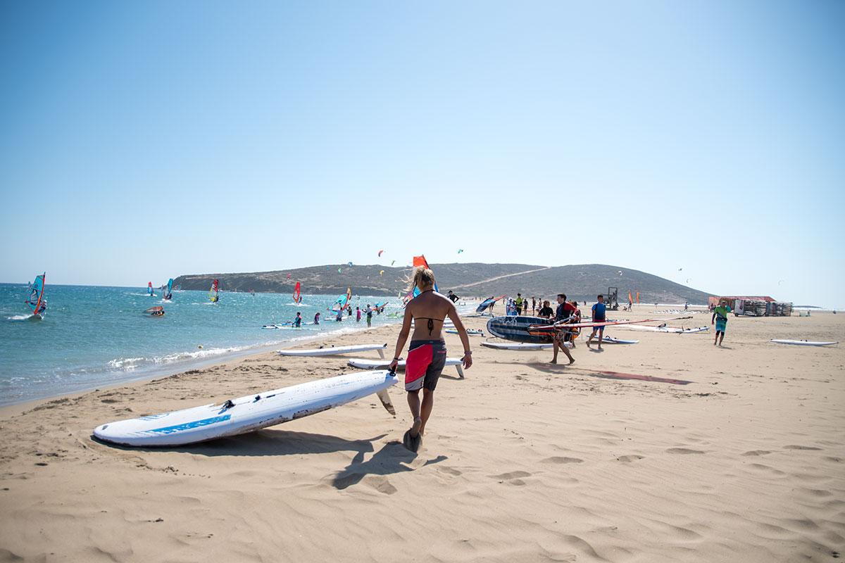 Значительную часть отдыхающих на Прасониси составляют любители технически сложных видов водного спорта – виндсерфинга и кайтсерфинга.