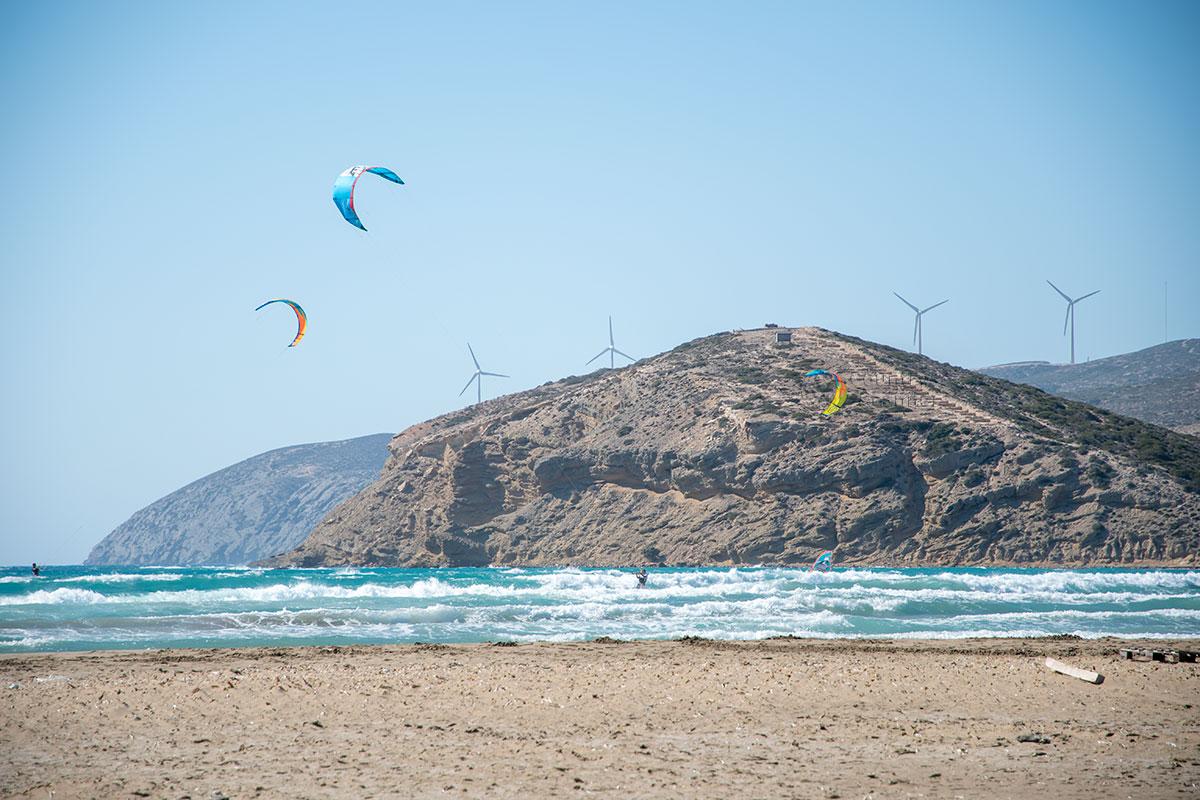 Западнее песчаной полосы между островами Родос и Прасониси – более холодные и насыщенные по цвету воды внутреннего Эгейского моря.