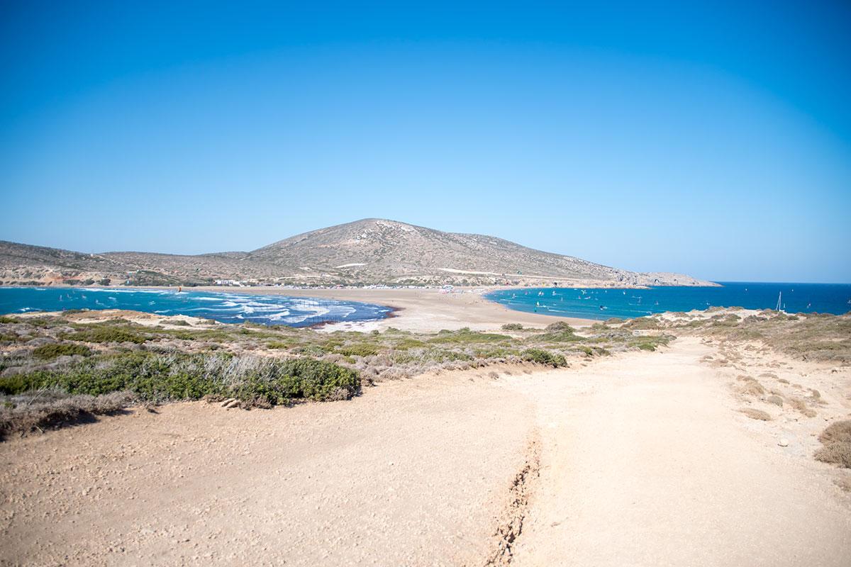 Классический вид с пригорка Парсониси на южную оконечность Родоса, стоянку туристического транспорта и запретный для авто песчаный перешеек.