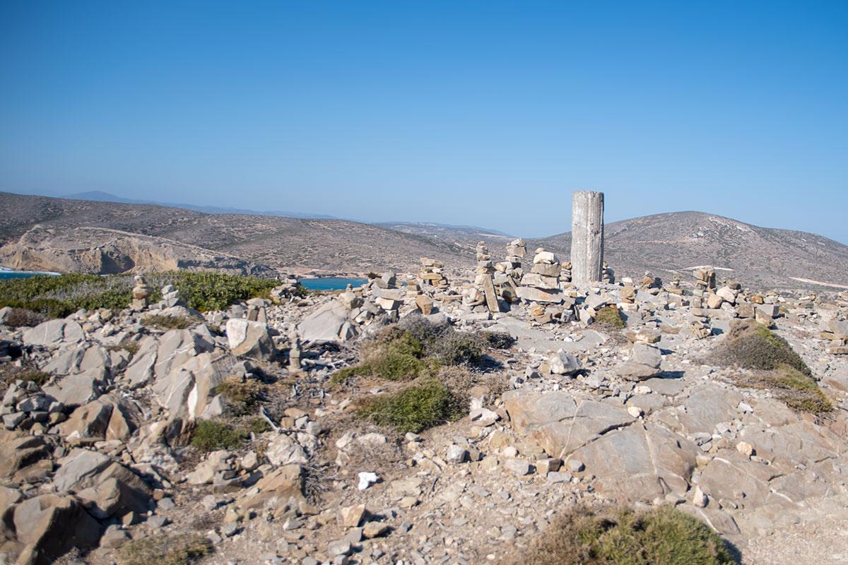 В центральной части возвышенности на Парсониси обнаруживается каменный или бетонный столб, установленный намеренно с неизвестными целями.