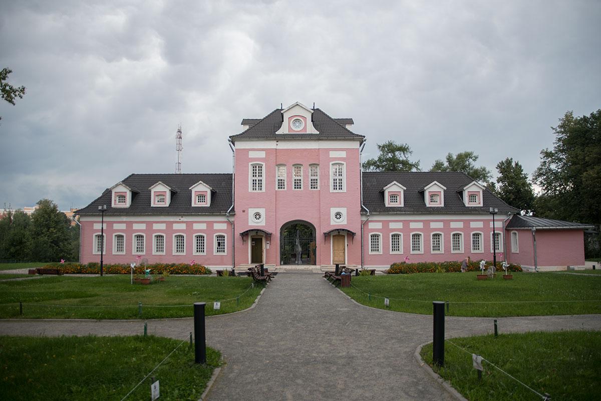 Старинный дворец первого хозяина усадьбы Большие Вязёмы, сподвижника Петра Первого потомки переделали в Конный двор, сейчас в нем музей.