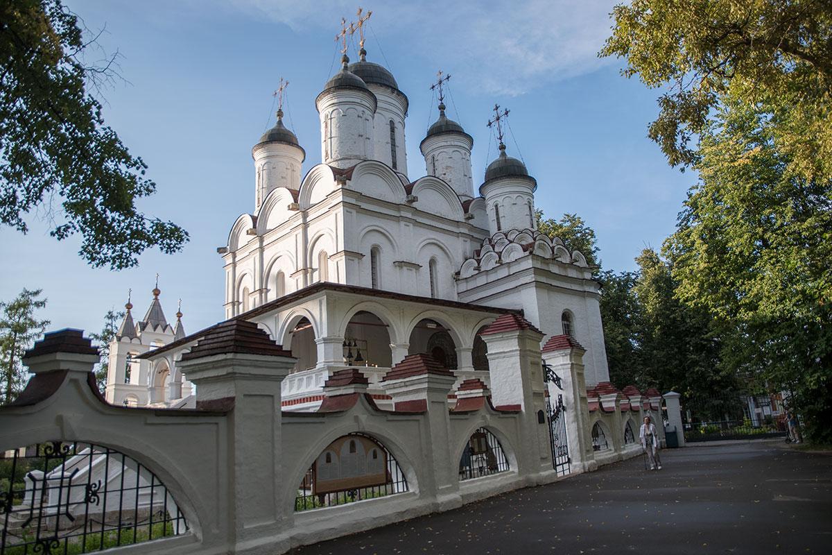 Семиглавый белокаменный собор вблизи усадьбы Большие Вязёмы был построен еще в царствование Бориса Годунова, видел Лжедимитрия и Марину Мнишек.