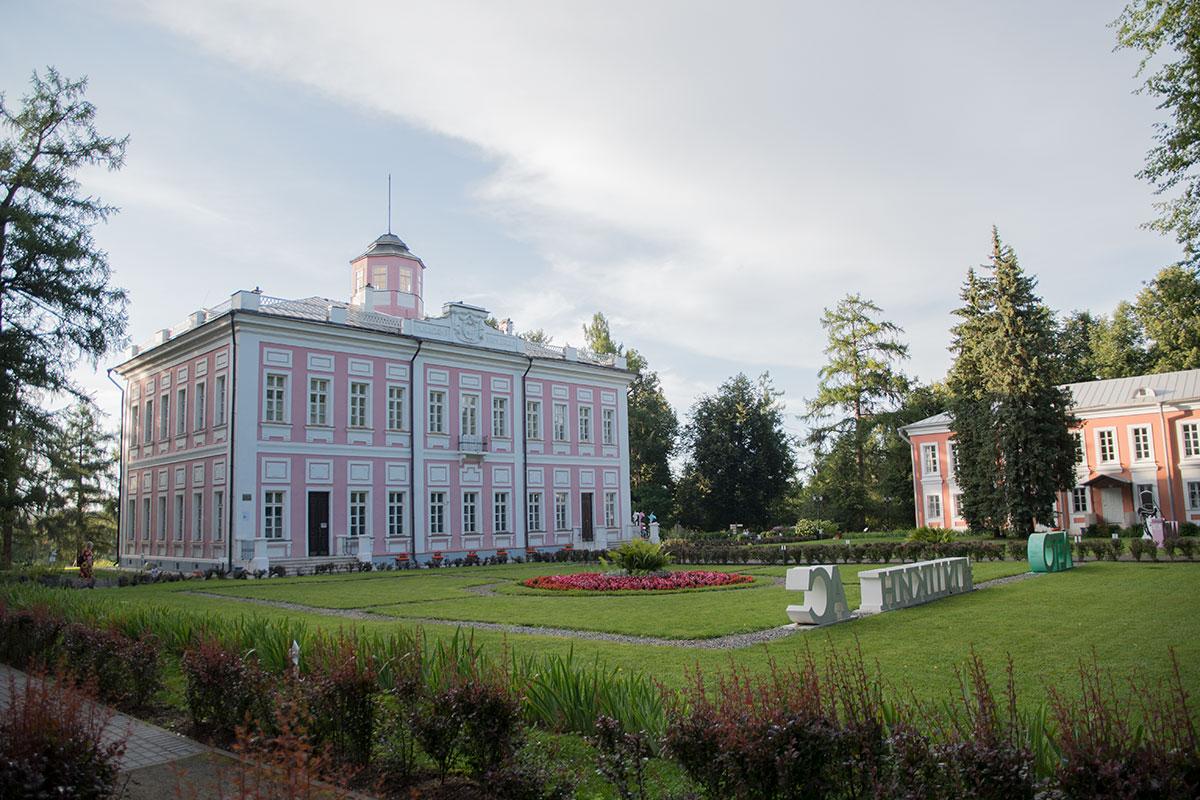 Дворянская усадьба Большие Вязёмы включает двухэтажный господский дом и парковую зону с несколькими памятниками известным личностям.