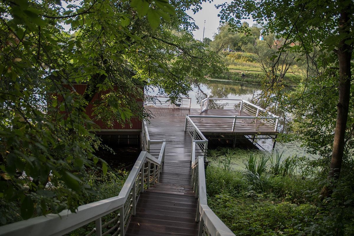 Построенная при Борисе Годунове плотина до сих пор ограничивает пруд в усадьбе Большие Вязёмы, перед нами – лодочный причал.