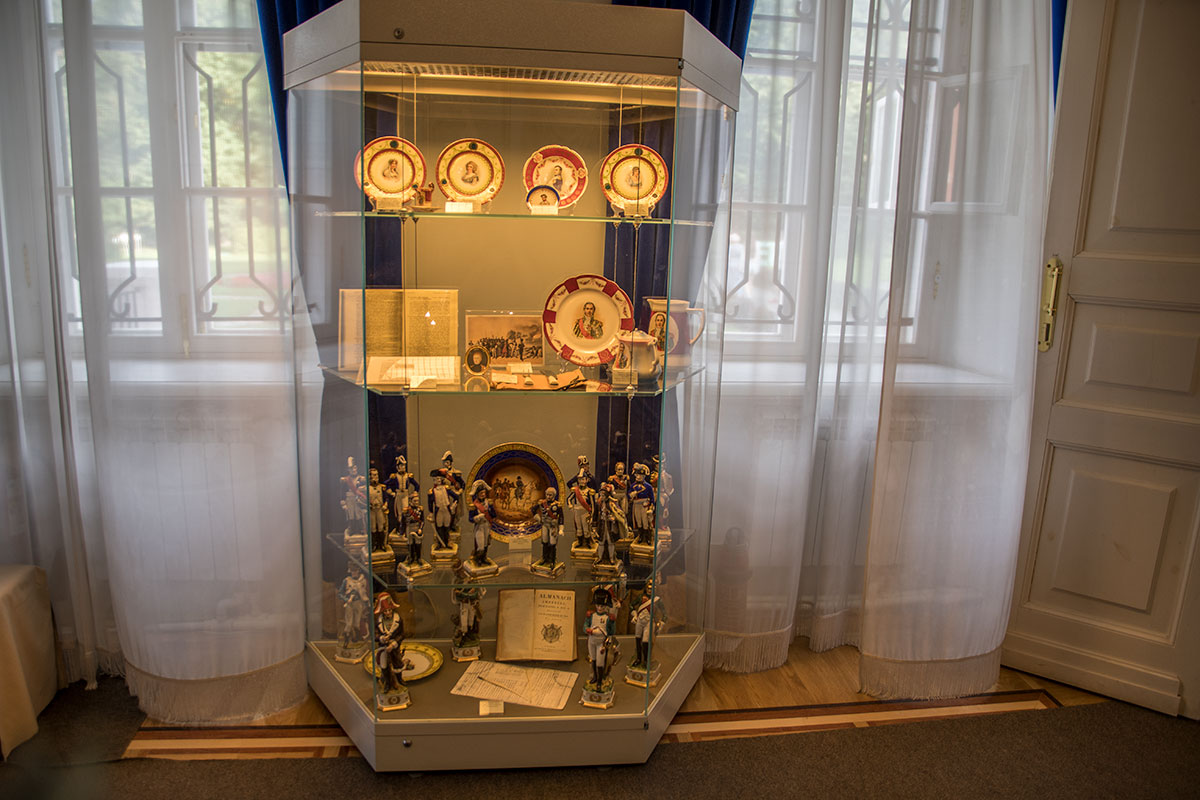 Экспозиция в усадьбе Большие Вязёмы в разделе о противнике демонстрирует лучшие образцы прикладного искусства французского производства.