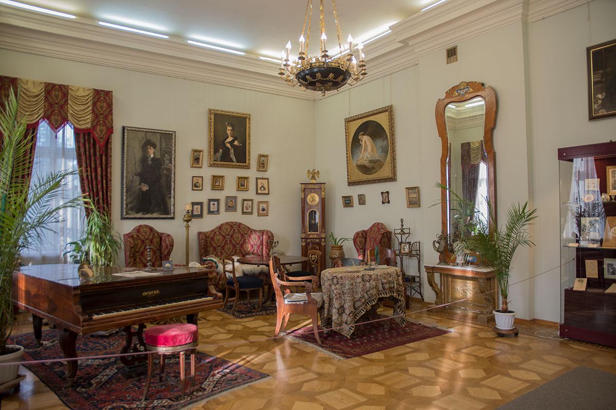Просторный зал центральной гостиной дома в усадьбе Большие Вязёмы содержит наибольшее количество предметов старины и живописных полотен.