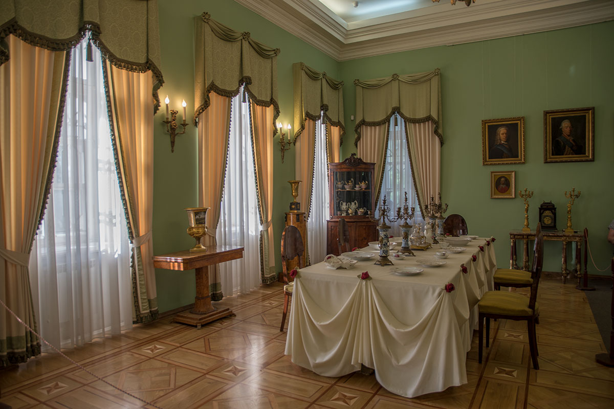 Парадная столовая главного дома усадьбы Большие Вязёмы содержит обеденный стол небольших размеров, украшена портретами предков Голицыных.