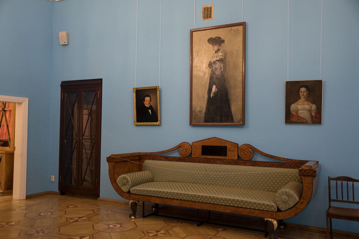 Немногочисленные предметы меблировки и живописные полотна оживляют интерьер Салона в доме дворянской усадьбы Большие Вязёмы.