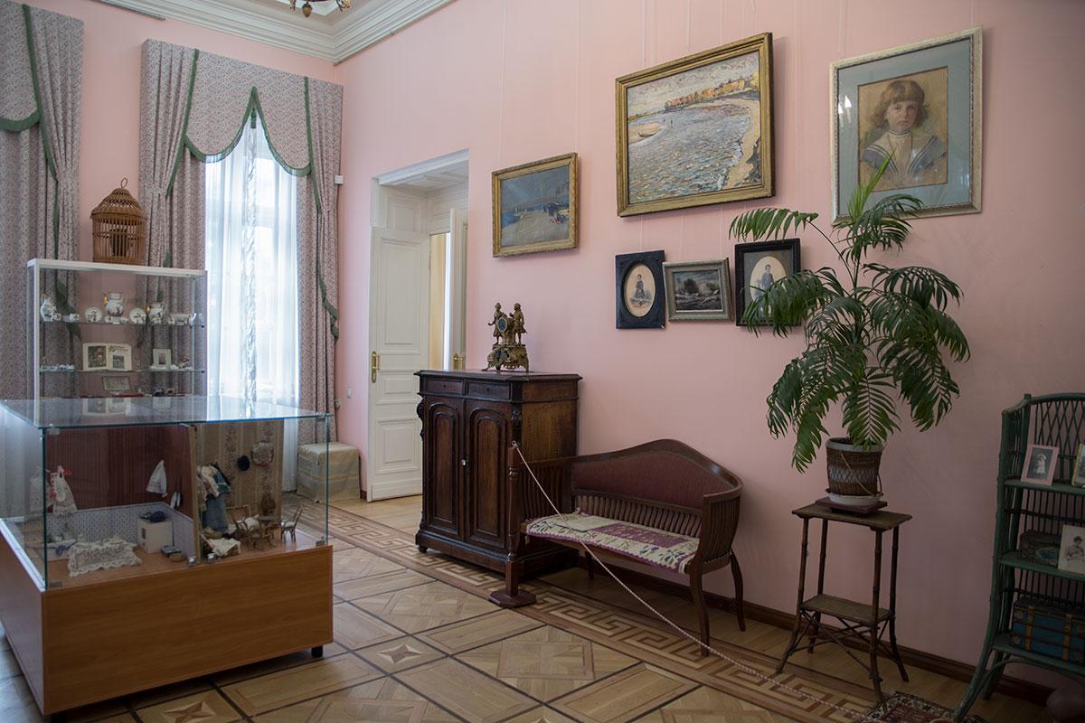 Детская комната в доме усадьбы Большие Вязёмы демонстрирует уменьшенных размеров мебель и посуду, здесь же представлены старинные игрушки.