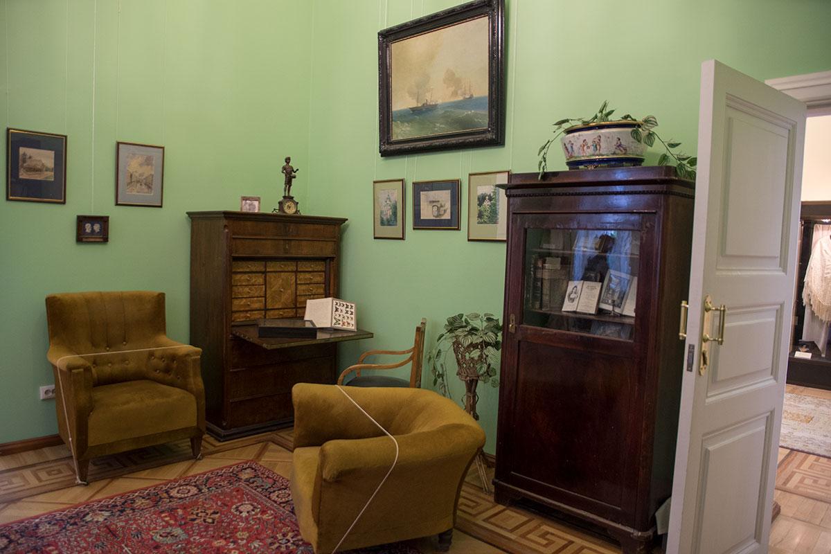Небольшая по габаритам Зеленая гостиная была местом сохранения энтомологической коллекции кого-то из обитателей дома в усадьбе Большие Вязёмы.