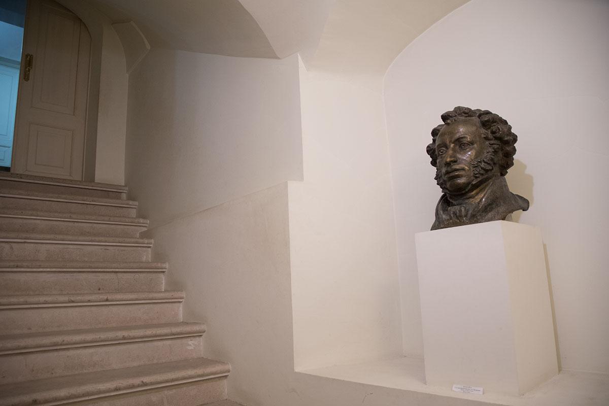 Выходят посетители со второго этажа дома в усадьбе Большие Вязёмы по запасной лестнице, мимо бюста Александра Сергеевича Пушкина.