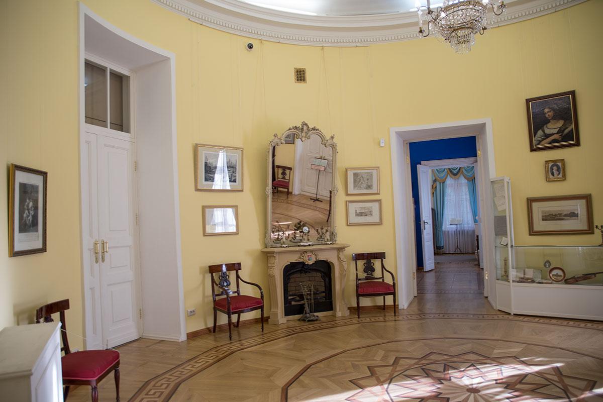 Центральным помещением дома в усадьбе Большие Вязёмы является Круглый салон, находящийся в первом ярусе ризалита.