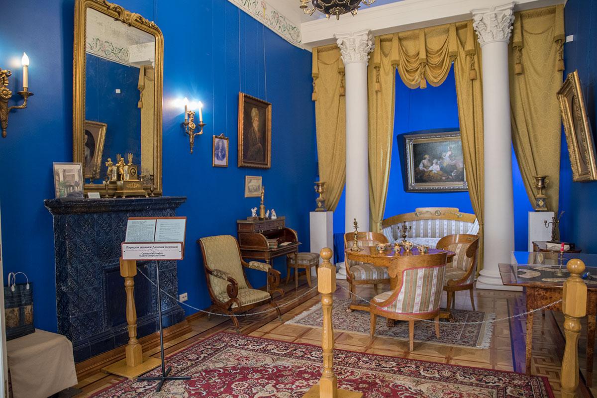 Оформленное в синих тонах с белыми мраморными колоннами помещение Будуара в доме Голицыных усадьбы Большие Вязёмы с портретами Пиковой дамы.