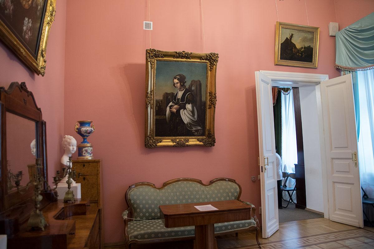 Осмотр дома Голицыных в усадьбе Большие Вязёмы начинается с Розовой гостиной, расположенной на первом этаже здания.