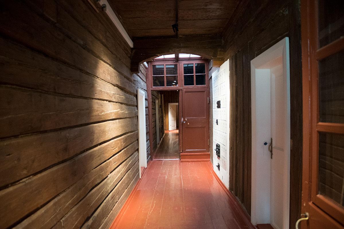 Ничем не отделанная деревянная стена коридора демонстрирует устройство всего деревянного дома в усадьбе Мураново.