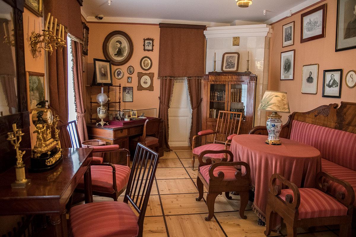 В одноэтажной части дома расположена Литературная комната, своеобразный салон писателей и поэтов в деревенской усадьбе Мураново.