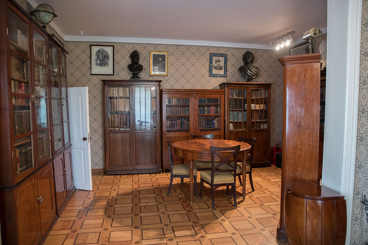 Библиотека усадьбы Мураново состоит из собранных несколькими семействами книг, расставленных в разнотипных шкафах.