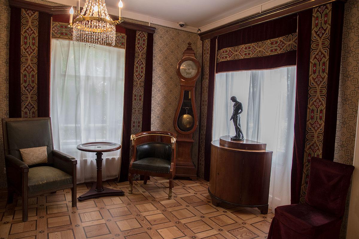 Обстановка библиотечного зала усадьбы Мураново включает разнокалиберную мебель, комплектующую уголок для чтения.