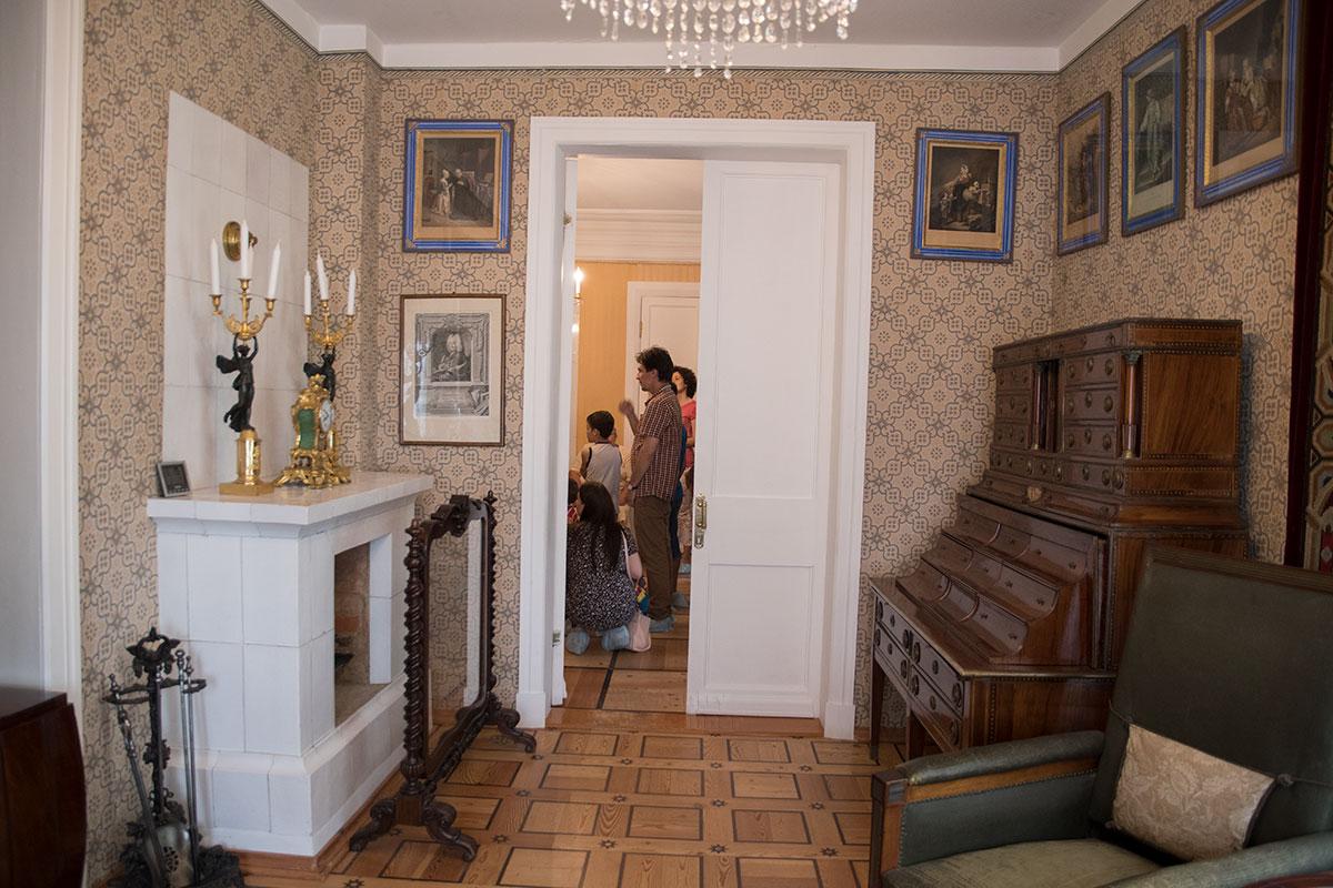 На выходе из библиотеки усадьбы Мураново – приметные экспонаты, мраморный камин с украшениями и громоздкое бюро с множеством ящиков.