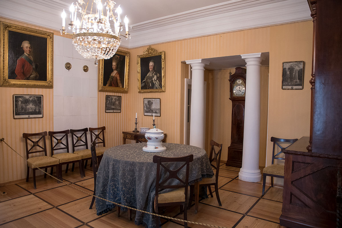 Своеобразно оформлена при строительстве столовая усадьбы Мураново, ее отличают белые колонны по сторонам стенной ниши с часами.
