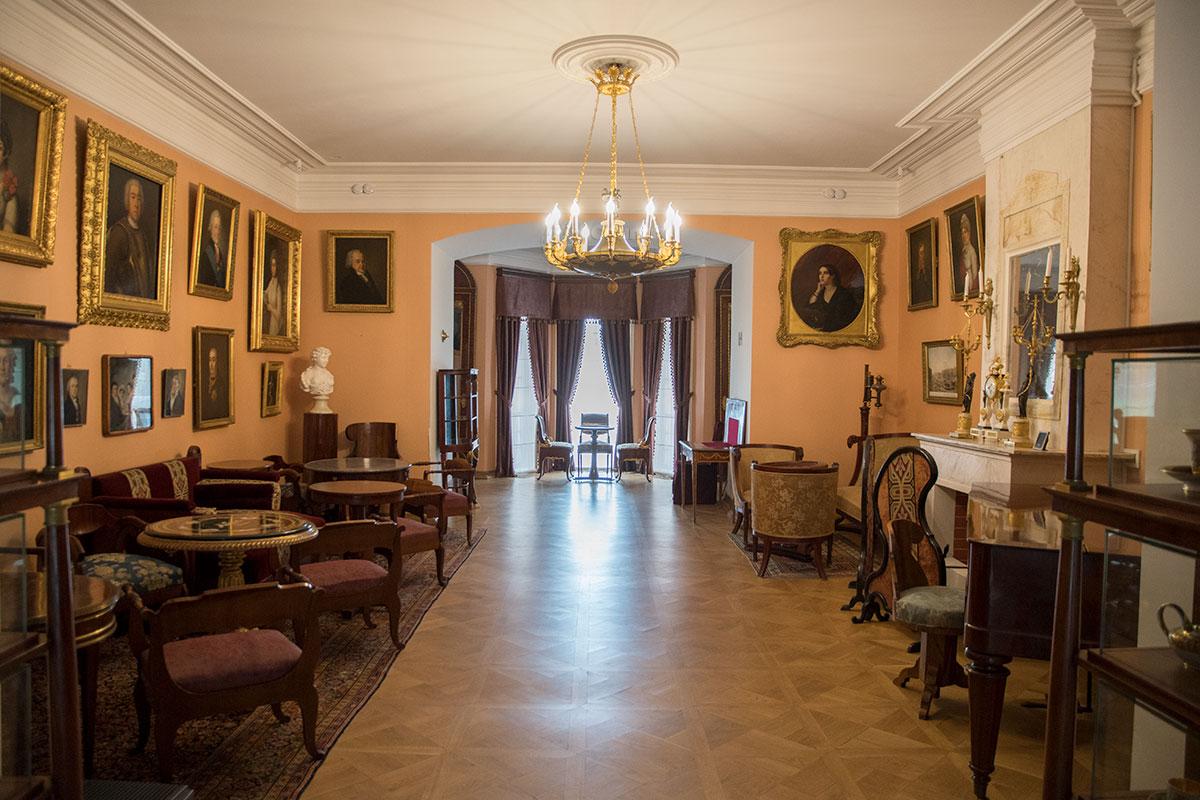 Центральным помещением усадьбы Мураново является Большая гостиная, расположенная в пространстве между южным и северным ризалитами.