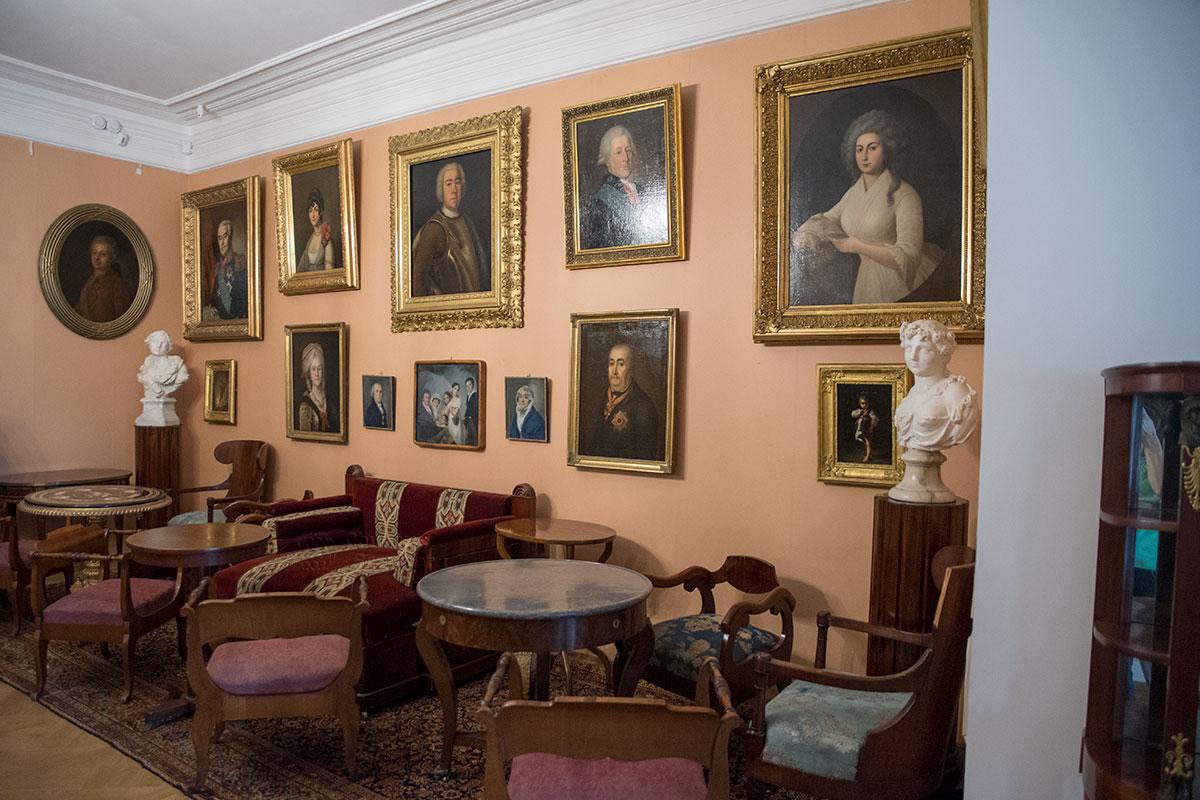 Большая гостиная усадьбы Мураново содержит множество живописных произведений, скульптуры и предметы меблировки.