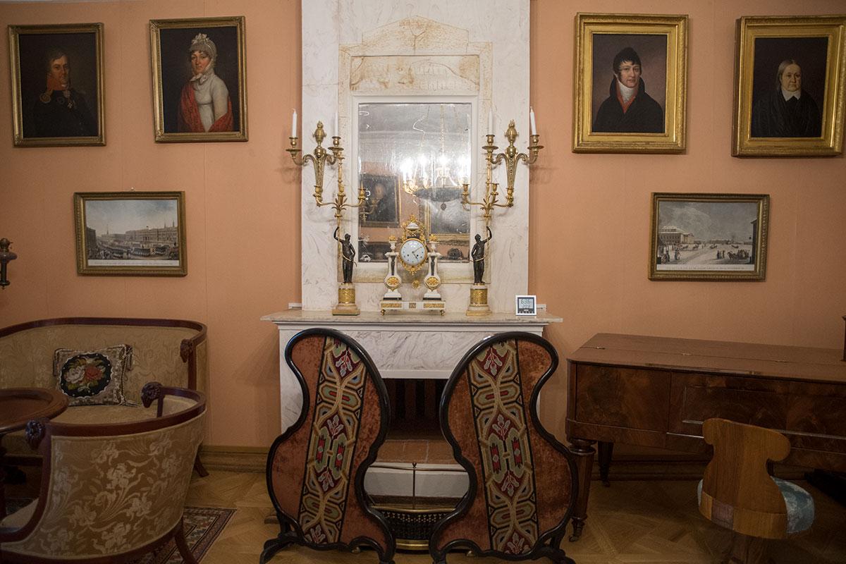 Мраморный камин Большой гостиной усадьбы Мураново оборудован зеркалом, на каминной доске красочные часы и подсвечники.