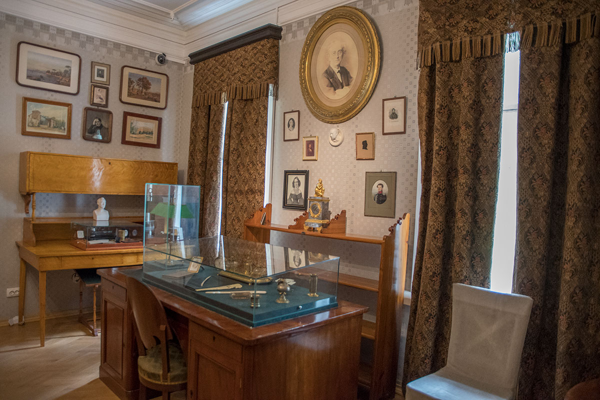 Кабинет двух поэтов в усадьбе Мураново вмещает рабочие столы Баратынского (дальний) и Тютчева (в простенке между двумя оконными проемами).