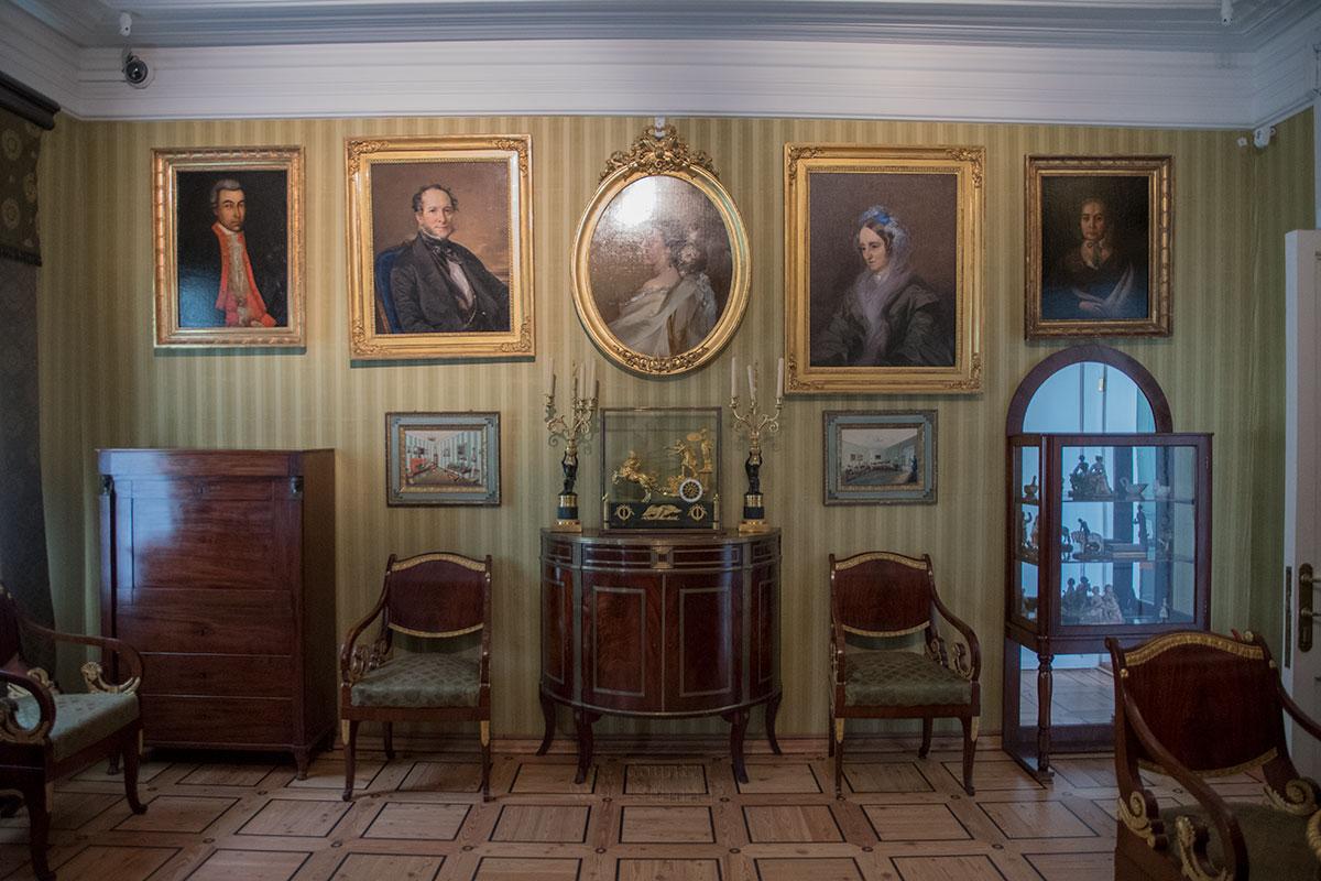 Так называемая Зеленая гостиная усадьбы Мураново содержит ряд портретов родственников, один из них написан рукой Тропинина.